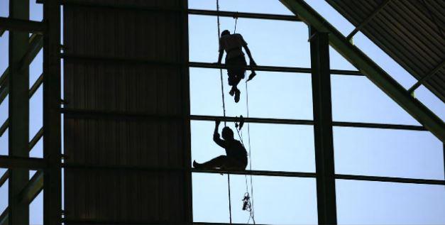 Praca na wysokościach a zasady stosowania szelek bezpieczeństwa