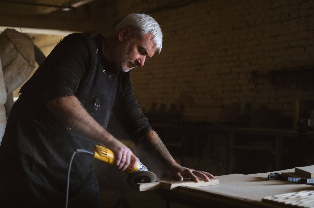Szlifowanie drewna - jaki sprzęt i metody szlifowania